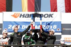 Podio: i vincitori della gara #2 Black Falcon Mercedes-AMG GT3: Abdulaziz Al Faisal, Hubert Haupt, Yelmer Buurman, Gabriele Piana