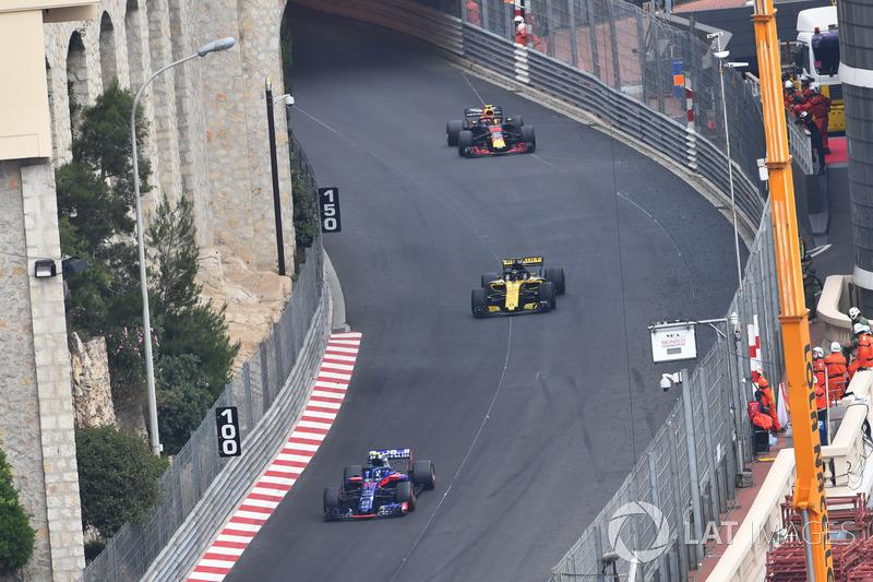 Pierre Gasly, Scuderia Toro Rosso STR13 precede Nico Hulkenberg, Renault Sport F1 Team R.S. 18
