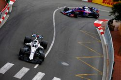 Lance Stroll, Williams FW41, precede Brendon Hartley, Toro Rosso STR13
