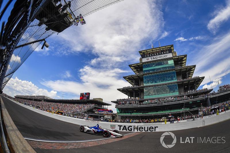 Graham Rahal, Rahal Letterman Lanigan Racing Honda cruza la línea de meta bajo la bandera a cuadros