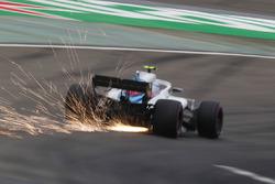 Las chispas vuelan desde el coche de Sergey Sirotkin, Williams FW41 Mercedes
