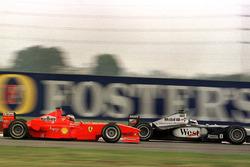 Micheal Schumacher, Ferrari, voorbij aan Mika Hakkinen, McLaren Mercedes