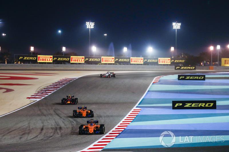 Fernando Alonso, McLaren MCL33 Renault, Stoffel Vandoorne, McLaren MCL33 Renault y Max Verstappen, Red Bull Racing RB14 Tag Heuer