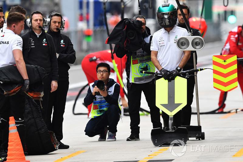 Mercedes-AMG F1 W09 EQ Power+ pit box