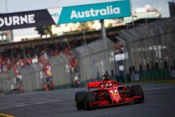 Sebastian Vettel, Ferrari SF71H, toma la bandera a cuadros para la victoria