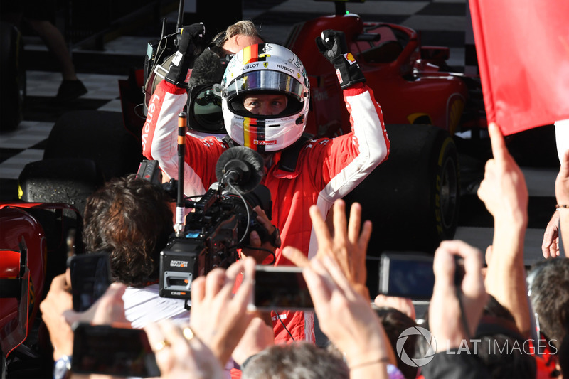 Il vincitore della gara Sebastian Vettel, Ferrari festeggia nel parco chiuso