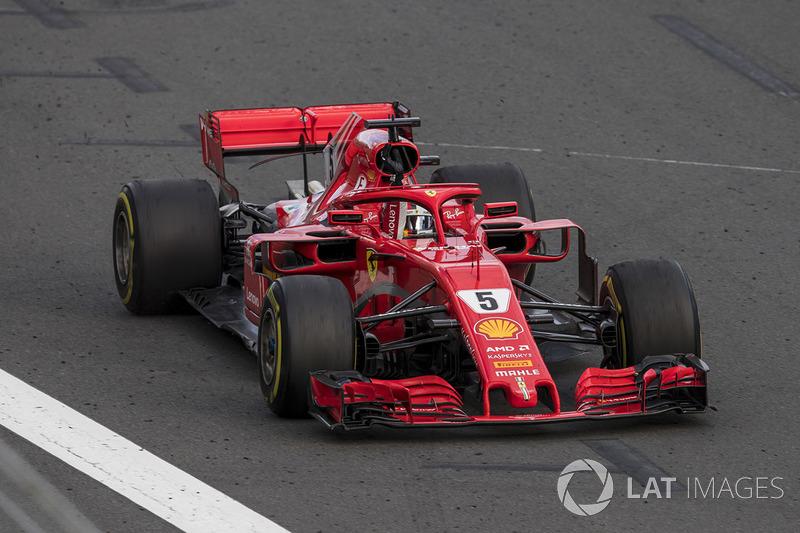 Sebastian Vettel, Ferrari SF71H, 1° classificato, alza il pugno per festeggiare, dopo aver tagliato il traguardo