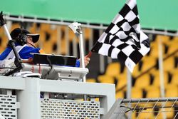 Marshal waves the chequered flag at the end of FP2