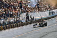 Emerson Fittipaldi, Lotus 72D crosses the finish line