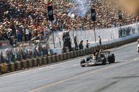 Emerson Fittipaldi, Lotus 72D crosses the finish line