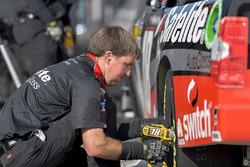 Noah Gragson, Kyle Busch Motorsports, Toyota Tundra Safelite AutoGlass, crew member