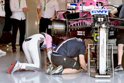 Esteban Ocon, Force India VJM11 regarde sous sa voiture