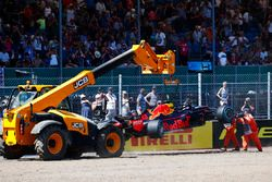 I marshal rimuovono la monoposto incidentata di Max Verstappen Red Bull Racing RB14