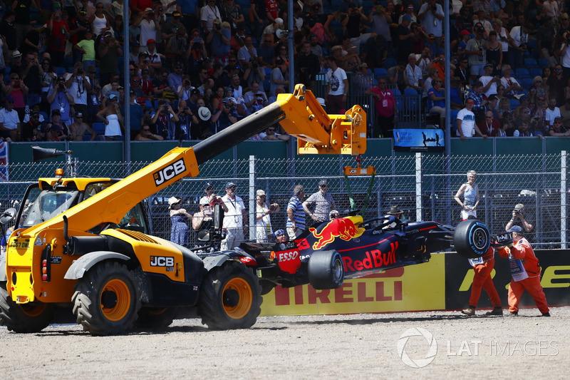 Marshals mengangkat mobil Red Bull Racing RB14 milik Max Verstappen
