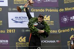Podio: il terzo classificato Ralf Aron, Van Amersfoort Racing, Dallara Mercedes