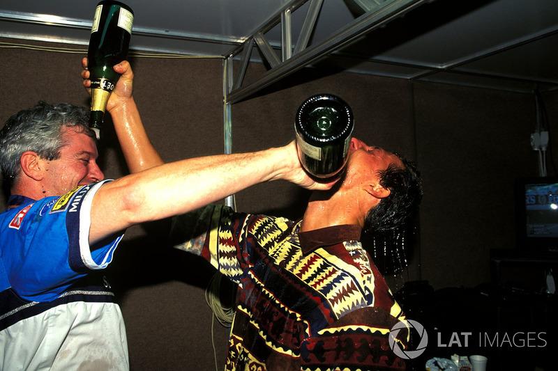 Michael Schumacher, Benetton célèbre le titre mondial avec son ingénieur de course Pat Symonds
