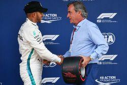 Ganador de la pole Lewis Hamilton, Mercedes-AMG F1 recibe el trofeo de Pirelli Pole Position de parte de Carlos Sainz