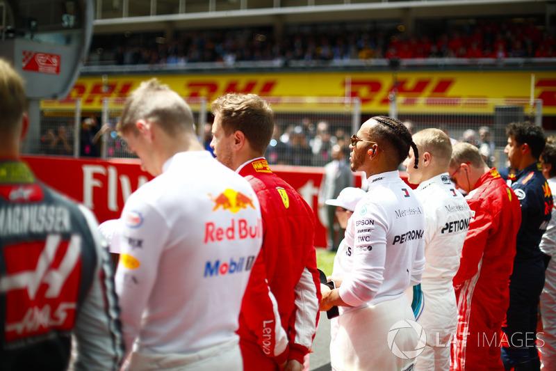 Max Verstappen, Red Bull Racing, Sebastian Vettel, Ferrari, Lewis Hamilton, Mercedes AMG F1 y Valtteri Bottas, Mercedes AMG F1, en la parrilla del himno nacional