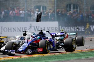 Brendon Hartley, Toro Rosso STR13, leads Lance Stroll, Williams FW41, through debris at the start