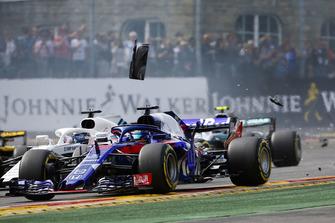 Brendon Hartley, Toro Rosso STR13, devant Lance Stroll, Williams FW41, dans les débris au départ