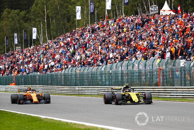 Carlos Sainz Jr., Renault Sport F1 Team R.S. 18, y Stoffel Vandoorne, McLaren MCL33