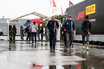 Sergio Perez, Racing Point Force India, arriveert in de paddock