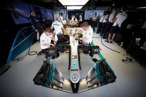 Les mécaniciens travaillent sur la voiture de Lewis Hamilton, Mercedes AMG F1 W09