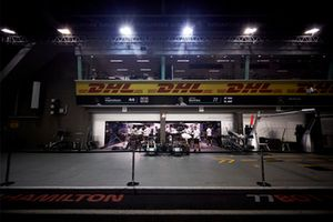 Le garage AMG Mercedes de Lewis Hamilton, Mercedes AMG F1, et de Valtteri Bottas, Mercedes AMG F1, dans la voie des stands, de nuit