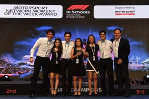 James Allen, Presidente Motorsport Network, con i vincitori del Motorsport Network Moment of the Week Award