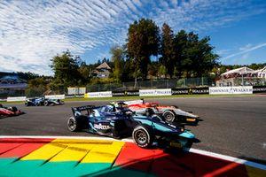 Старт гонки: лидируют Александр Элбон, DAMS, и Лука Гьотто, Campos Vexatec Racing