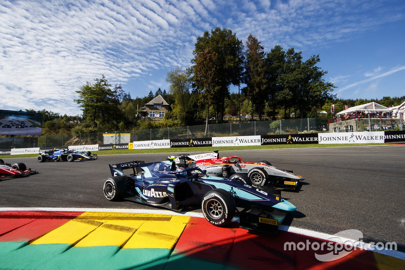 Alexander Albon, DAMS, leads Luca Ghiotto, Campos Racing and the rest of the field at the start of the race