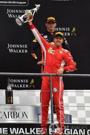 Il vincitore della gara Sebastian Vettel, Ferrari, festeggia sul podio con il trofeo