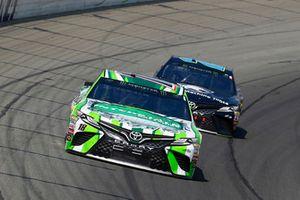 Kyle Busch, Joe Gibbs Racing, Toyota Camry Interstate Batteries ed Erik Jones, Joe Gibbs Racing, Toyota Camry Doosan