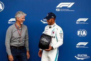 Damon Hill geeft polesitter Lewis Hamilton, Mercedes AMG F1, de Pirelli pole trofee