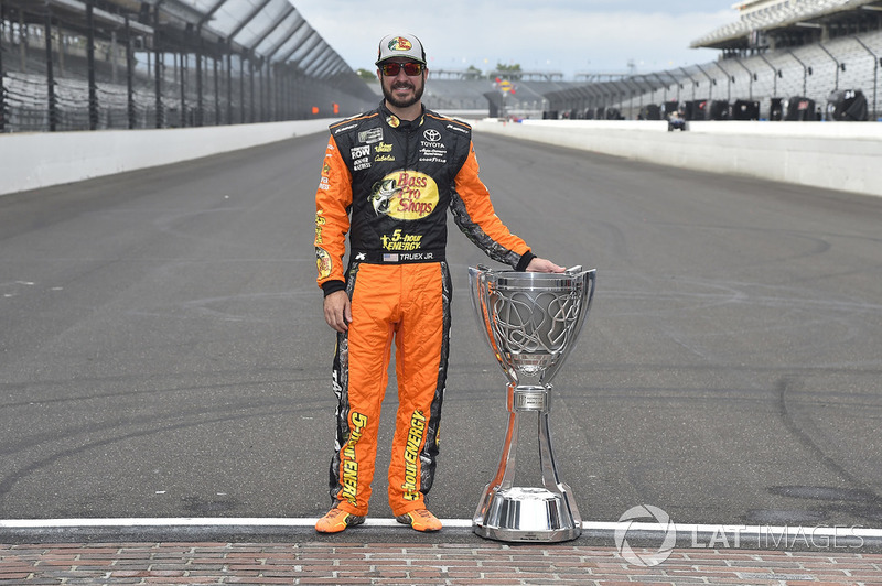 Juara bertahan Cup Series, Martin Truex Jr., Furniture Row Racing, Toyota Camry Auto-Owners Insurance