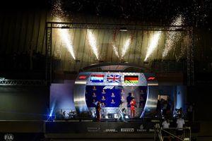 (Da sx a dx): Max Verstappen, Red Bull Racing, Lewis Hamilton, Mercedes AMG F1 e Sebastian Vettel, Ferrari, festeggiano sul podio con lo champagne