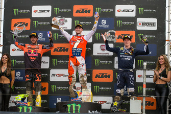 Il vincitore Jeffrey Herlings, Red Bull KTM Factory Racing, sul podio con Tony Cairoli, Red Bull KTM Factory Racing e Max Anstie, Rockstar Energy Husqvarna