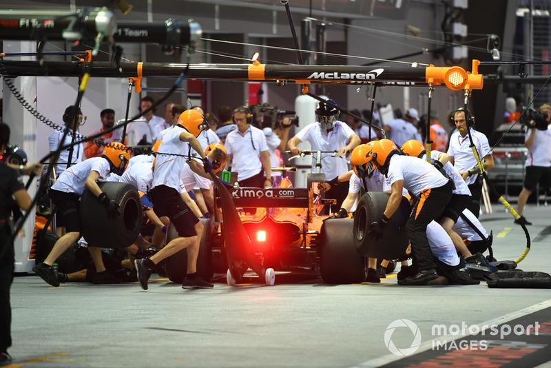 Stoffel Vandoorne, McLaren MCL33 pit stop
