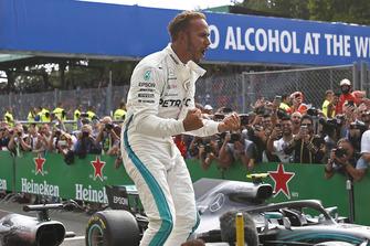 Zwycięzca Lewis Hamilton, Mercedes AMG F1, świętuje w parku zamkniętym