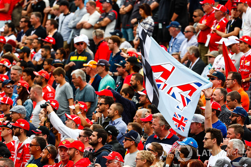 Una bandera de apoyo para Lewis Hamilton, Mercedes AMG F1, entre un mar de fanáticos de Ferrari