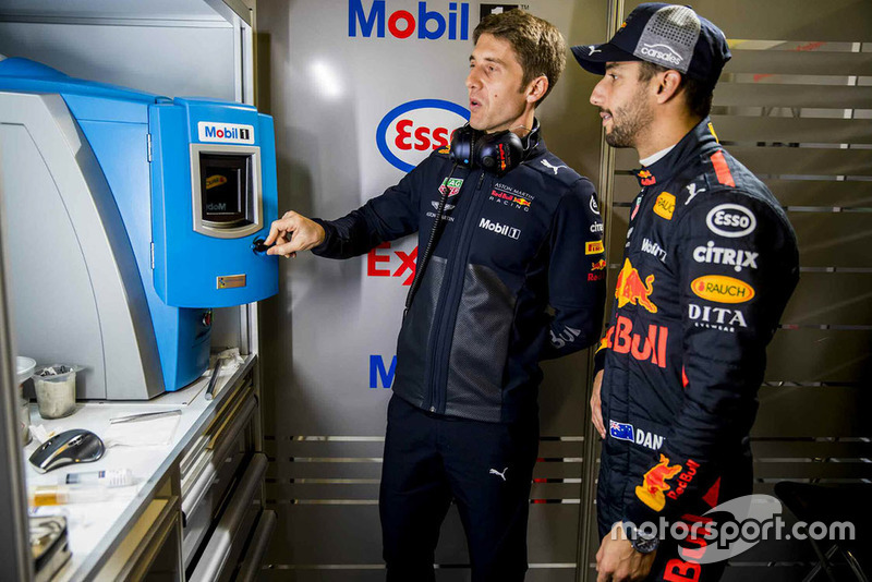 Гонщик Red Bull Racing Даниэль Риккардо и инженер Red Bull Racing ExxonMobil