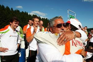 Dr. Vijay Mallya, proprietario del Force India F1 Team festeggia il secondo posto di Giancarlo Fisichella, Force India F1 VJM02