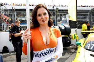 Chica de la parrilla de #47 HTP Motorsport Mercedes-AMG GT3: Maximilian Götz, Markus Pommer