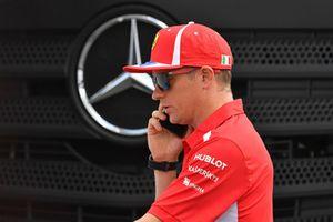 Kimi Raikkonen, Ferrari, y el logo de Mercedes