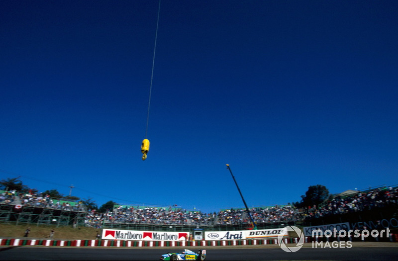 Под стать получился и Гран При Японии на «Сузуке» – предпоследний этап чемпионата мира, куда Шумахер и Хилл приехали с разницей в 4 очка. В том году победитель получал 10 баллов, а в зачетную зону попадали первые шесть пилотов. Теоретически, свой первый титул лидировавший в зачете Шумахер мог завоевать уже на «Сузуке»