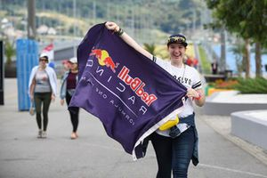Tifosa Red Bull Racing con una bandiera