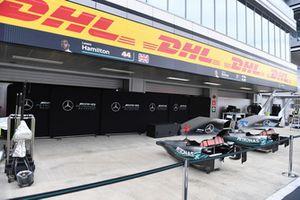 Des pièces de carrosserie de Mercedes-AMG F1 W09 devant les garages de l'équipe