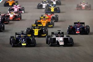Louis Deletraz, Carlin, and Callum Ilott, Sauber Junior Team by Charouz, lead at the start of the race