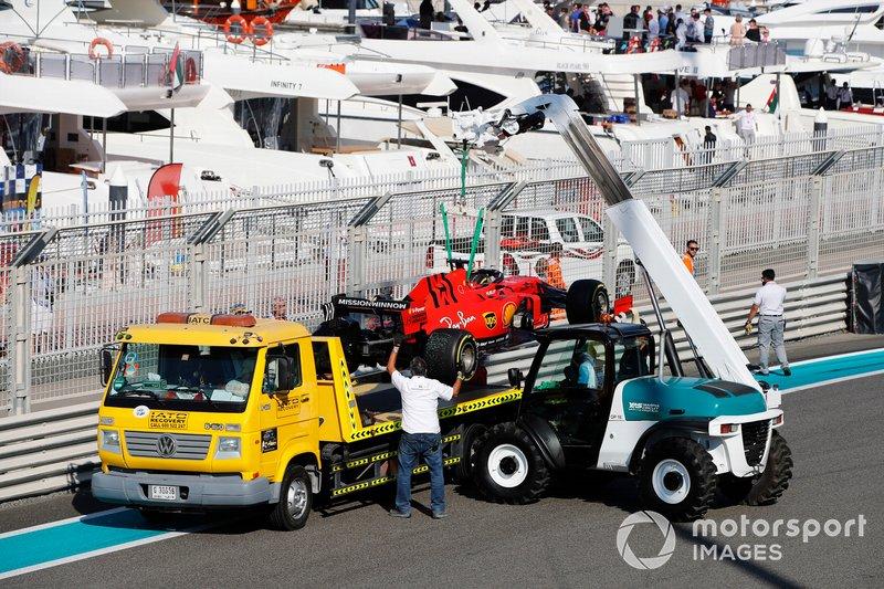 El coche de Sebastian Vettel, Ferrari SF90, es montado en una grúa después de su accidente