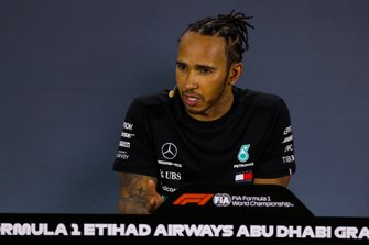 Le poleman Lewis Hamilton, Mercedes AMG F1, lors de la conférence de presse